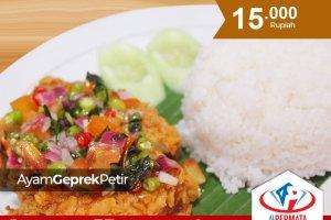 Ayam Geprek Petir, makanan kekinian yang sekarang sudah mudah kamu temukan di Medan