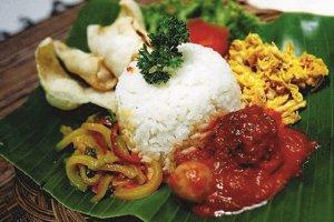 kebahagian bersama keluarga saat makan nasi liwet enak di medan khas jawa tengah