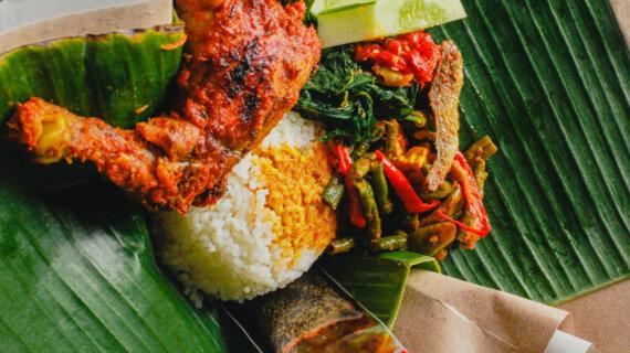 Nikmatnya Nasi Bungkus Dimakan Rame Rame